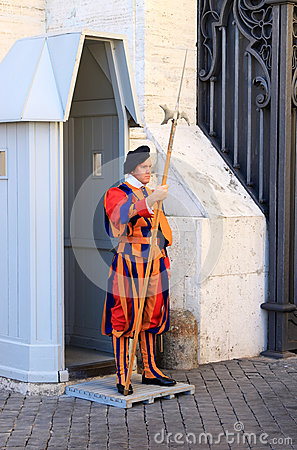 Free Swiss Guard Near St. Peter S Basilica In Rome, Italy Royalty Free Stock Images - 29840719
