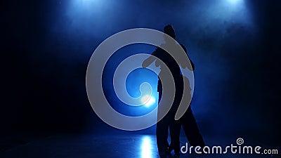 Sylwetka para tancerze wykonuje nowożytnego tana w dymiącym studiu zdjęcie wideo