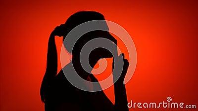 Sylwetka robi cisza gestowi na czerwonym tle młoda kobieta Pojęcie tajemnica i sekretność zbiory wideo