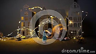 Symbol des kommenden Jahres 2020 Prettydomanische Ratte, die in der Nähe von Weihnachtsbaum isst stock video footage