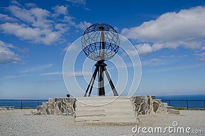 Symbolische bol bij de Kaap Nordkapp van het Noorden