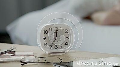 Synchronisez la position sur la table de chevet, sept heures le matin, routine de jour de la semaine banque de vidéos