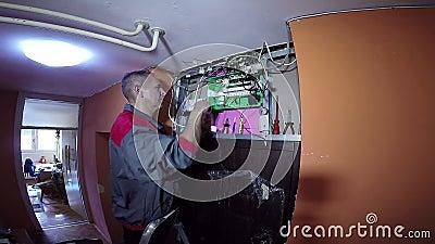 Système d'Upgrade New Electrical d'électricien dans le bâtiment banque de vidéos