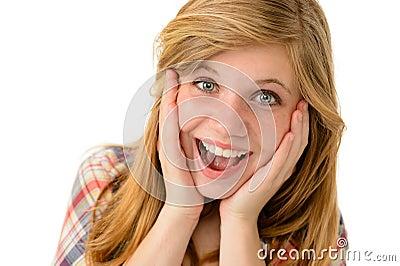 Szczęśliwa dziewczyna wyraża jej radosne emocje