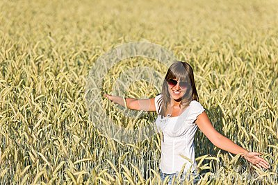 Szczęśliwa kobieta w kukurydzanym polu cieszy się zmierzch