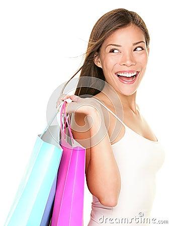 Szczęśliwa przyglądająca zakupy strony biała kobieta