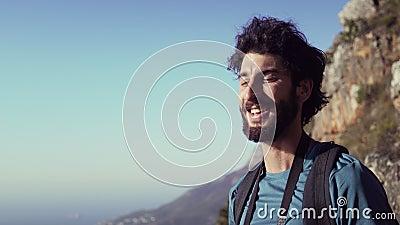 Szczęśliwa wycieczkowicz woda pitna podczas gdy stojący na górze przeciw niebu zbiory wideo