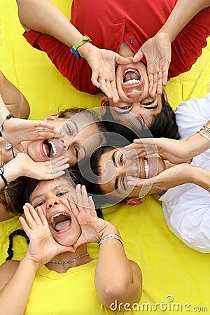 Szczęśliwi grup nastolatki