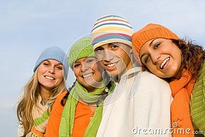 Szczęśliwi grup uśmiechnięci nastolatki