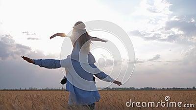 Szczęśliwy dzieciństwo, młody ojczulek z uczciwą z włosami córką rozprzestrzenia jego ręki strona jak samolot na jego brać na swo zdjęcie wideo