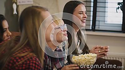 Szczęśliwy Kaukaski dziewczyna zegarka TV przedstawienie swobodny ruch emocja Piękne damy ogląda sporty gemowych z popkornem w do zbiory wideo