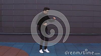 Szczęśliwy tancerza mężczyzna jest ubranym kostiumu ostrego ulicznego dancingowego styl wolnego w mieście zdjęcie wideo