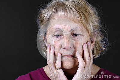 Szczegółowego portreta smutna starsza kobieta