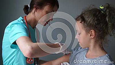 Szczepienie państwowe, asystent medyczny daje dziewczynce szansę na zachorowanie Manipulacje medyczne zbiory