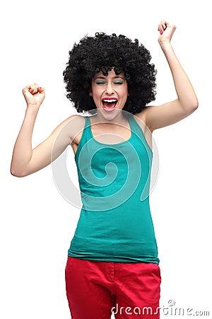 Szczęśliwa kobieta jest ubranym afro perukę