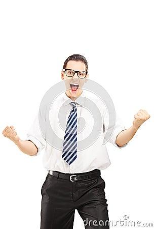 Szczęśliwa samiec gestykuluje szczęście i patrzeje kamerę z krawatem