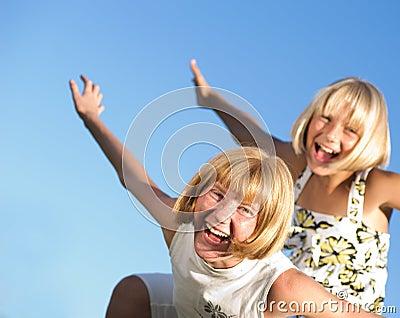 Szczęśliwe plenerowe siostry
