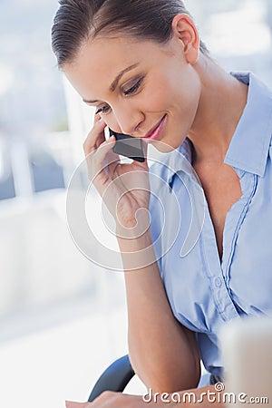 Szczęśliwy bizneswomanu dzwonić