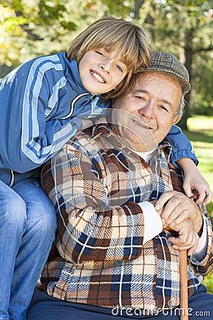 Szczęśliwy i byczy dziad i wnuk