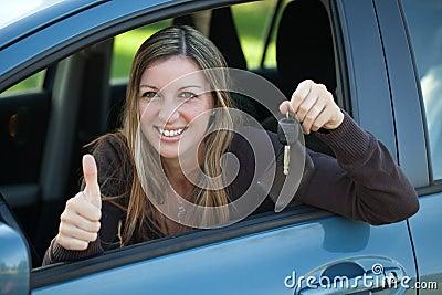 Szczęśliwy kierowca z samochodu kluczem