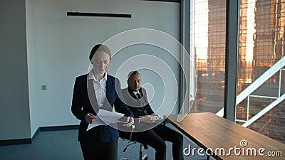 Szef daje trudnemu zadaniu ufny dama pracownik Wyzwanie no rozkładać zbiory