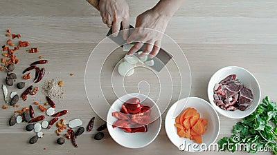 Szef Wręcza Tnące cebule, Robi sałatki Odgórnego widoku Naczelni Tnący warzywa Zdrowy styl życia, diety jedzenie zdjęcie wideo