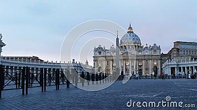 Szeroki niskiego kąta widok półmrok przy st Peter w Watykan zbiory wideo