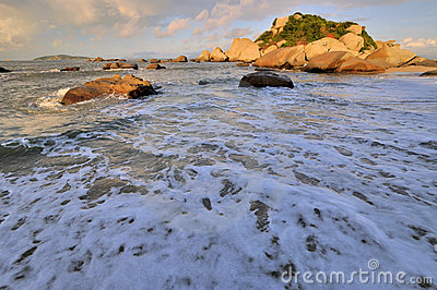 Szeroki plażowy rockowy denny wschód słońca