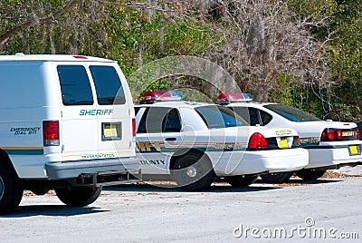 Szeryfowie i samochód dostawczy samochód - samochód policyjny