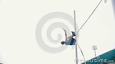Szkolenie w skarbcu na biegunie - sportowiec doskonale przeskakujący przez bar zbiory