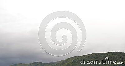 Szybkiej chodzenie burzy filmowy zmrok - błękitny popielaty chmura deszczowego dnia słońca promieni złej pogody halny gęsty wietr zbiory wideo
