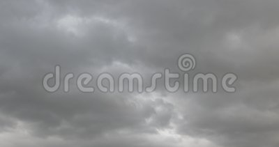 Szybkiej chodzenie burzy filmowy zmrok - b??kitny popielaty chmura deszczowego dnia s?o?ca promieni z?ej pogody halny g?sty wietr zbiory wideo