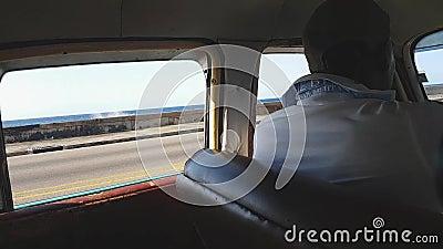 Táxi cubano local em Malecon vídeos de arquivo