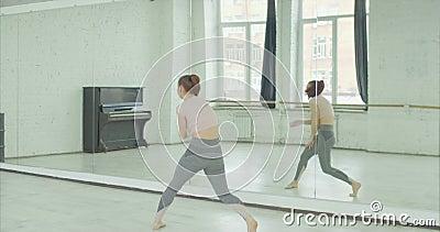 Tänzer, der Tanz gegen Spiegel am Studio probt stock footage