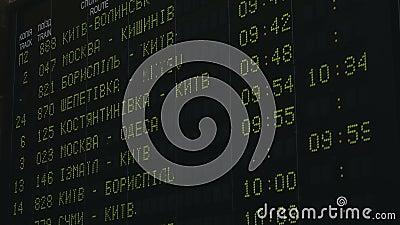 Tågtidtabeller Avgång från elektroniskt digitalt bildskärm i Kievs tidtabell i realtid, Ukraina stock video
