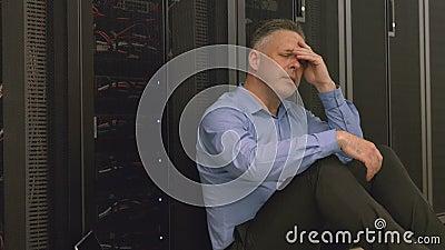 Técnico que sente a pressão na sala do servidor video estoque