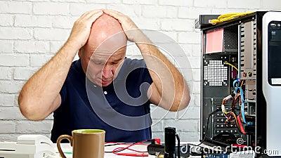 Técnico Try para fixar um computador e a gesticular desapontado filme