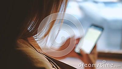 Téléphone de prise de femme de communication d'appli de transmission de messages banque de vidéos