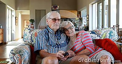 Télévision de observation de couples supérieurs sur le sofa 4k clips vidéos