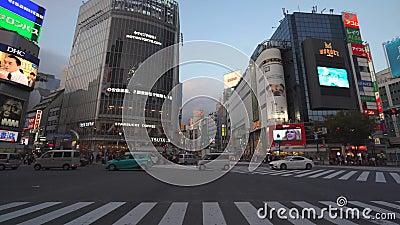 Tóquio, Japão - 10 de novembro de 2019: Ruas ocupadas da cidade Área de compras de Shibuya vídeos de arquivo