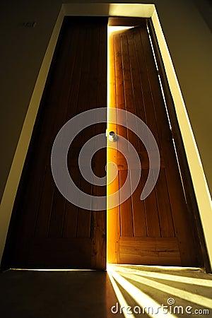 Tür mit heller Leuchte