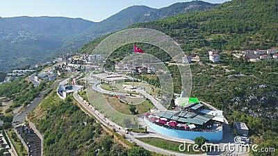 Türkische Flagge, die auf dem Hintergrund der Berge und der Stadt fliegt Kunst Luftsicht auf schöne Fahne, die auf einem sonnigen stock video footage