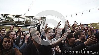 Tłum ludzie chwyt buteleczek od sceny eventide festiwale widownia Szczęście zbiory wideo