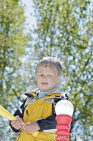 Мальчик получая готова ударить T-Ball