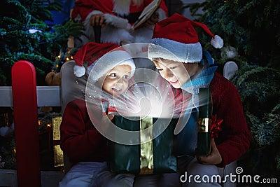 imagine stock despre  două copii deschiderea crăciun cadou