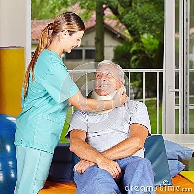 Ta för sjuksköterska av ruffen från pensionär