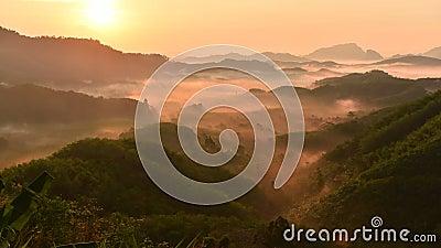 Ta tun тональный дин холм Вид на фогги утром на рассвете Сценовые горы, пышно-зеленый комплекс акции видеоматериалы