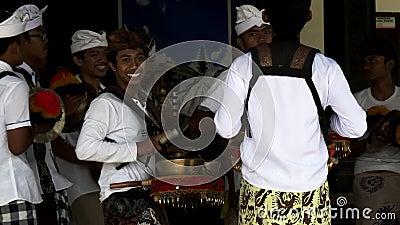 TABANAN, INDONESIA- JUNI, 16.2017: nära skott på ett gamelan gong-band på ulun danu bratan-templet på bali stock video