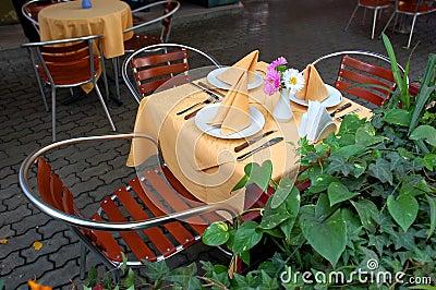 Tabela ao ar livre do restaurante