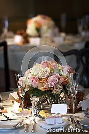 A tabela de jantar ajustou-se para um casamento ou um evento corporativo